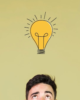 Вид спереди человека, имеющего идею