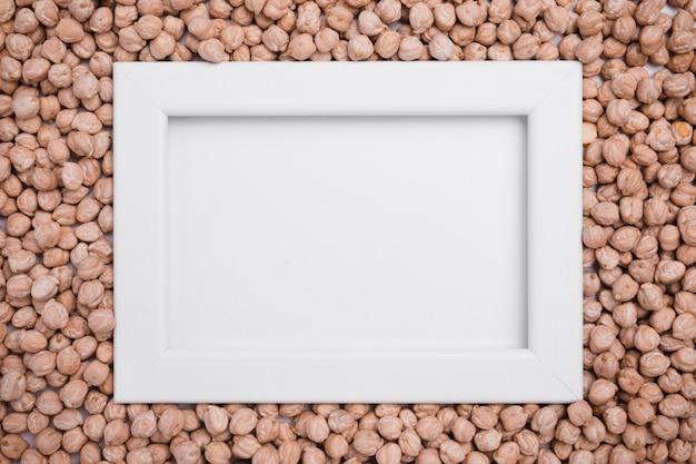 有機ひよこ豆に囲まれたトップビューフレーム