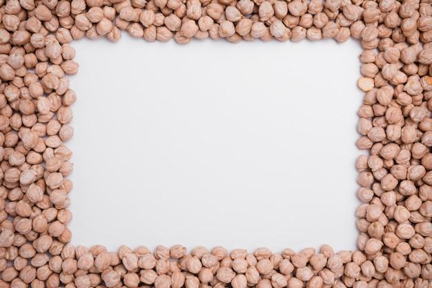 コピースペースを持つ有機ひよこ豆のトップビューの品揃え