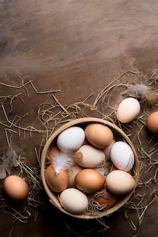 Вид сверху свежие куриные яйца