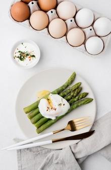 Вид сверху жареное яйцо со спаржей