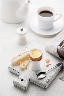 Вареное яйцо на разделочной доске