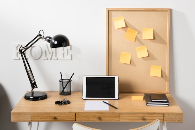 タブレットを机の上に置いたすっきりとした整然としたワークスペース