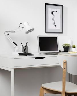 椅子とランプのあるすっきりとした整理されたワークスペース