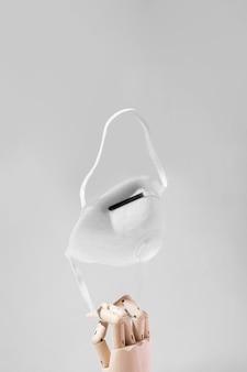 医療マスクとコロナウイルスの概念の正面図