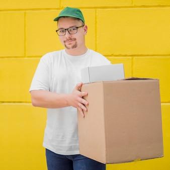 ボックスを保持しているミディアムショットの男