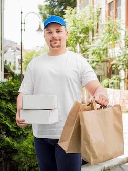 バッグやボックスを提供する男