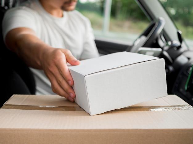 Крупный план доставки парень в машине