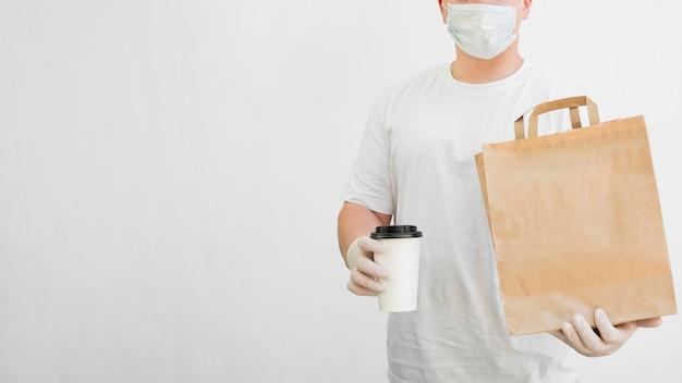 Крупным планом доставщик носить маску