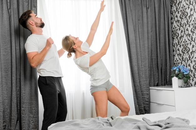 Счастливая пара в помещении длинный выстрел