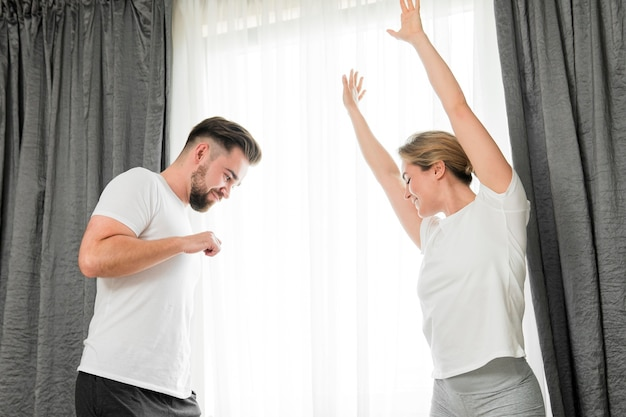 Счастливая пара в помещении низкий вид
