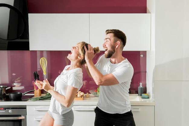 Счастливая пара в помещении вид спереди