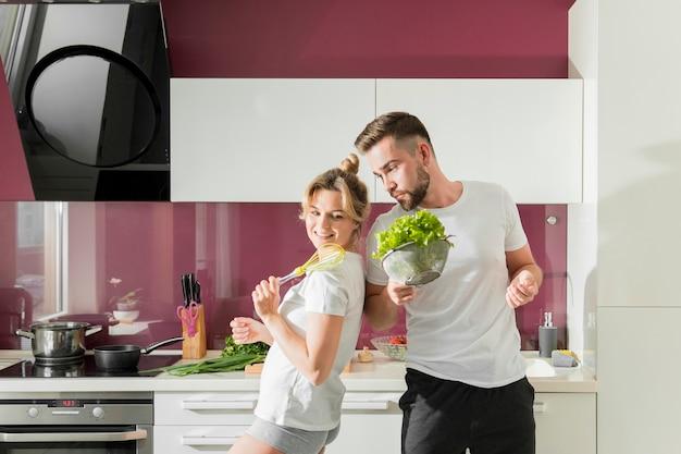 キッチンの屋内で幸せなカップル