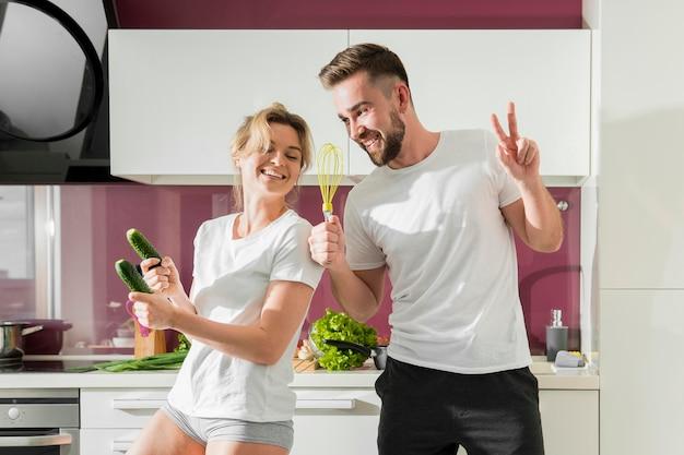 幸せなカップルが室内で遊ぶ