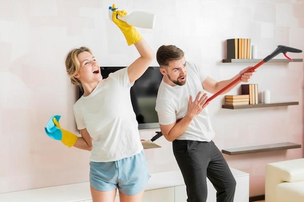 カップルが屋内で家を掃除する準備ができて