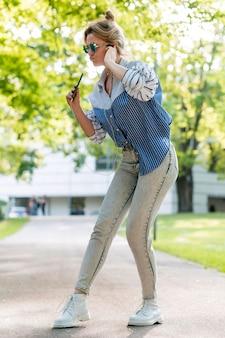 Женщина поет и танцует в парке