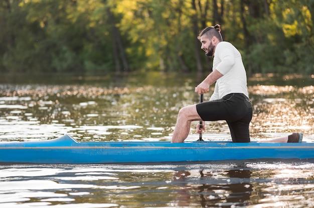 フルショットを漕ぐ男と美しい風景
