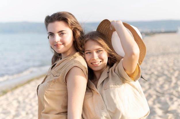 Девочки проводят время вместе на пляже