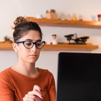 室内で眼鏡をかけている女性