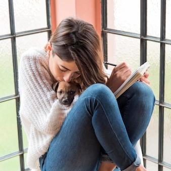 Женщина удерживания собаки милая