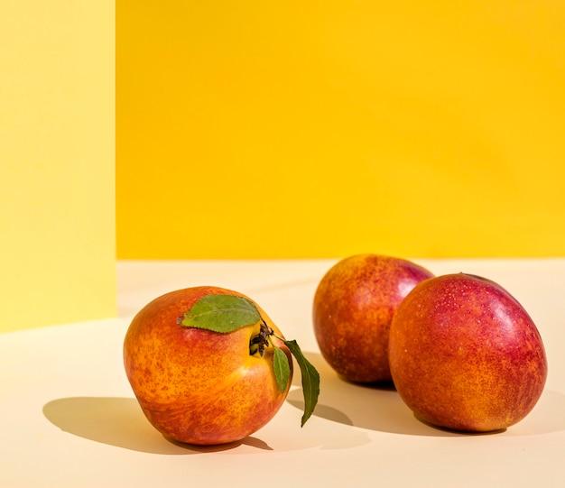 Персики с тенями, вид спереди