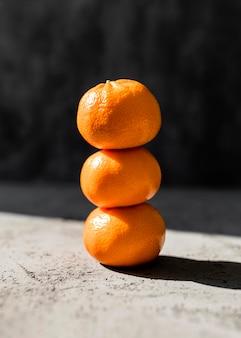 Вид спереди куча апельсинов