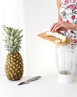 Женщина нарезает банан спереди