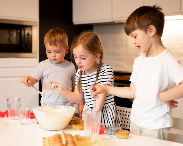兄弟が自宅で料理の正面図