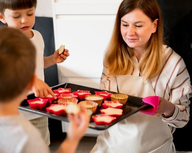 自宅で料理している母親の正面図