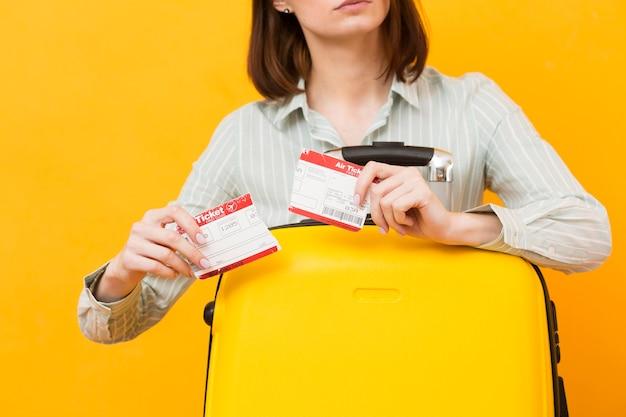 飛行機のチケットを破壊する女性