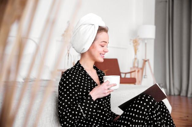 Вид спереди женщины, наслаждаясь кофе