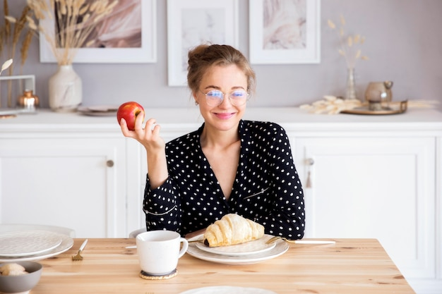 朝食を持つ女性の正面図