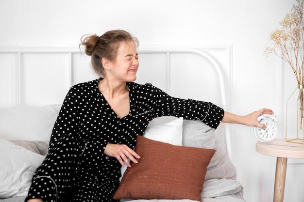 家でのんびり女性の正面図