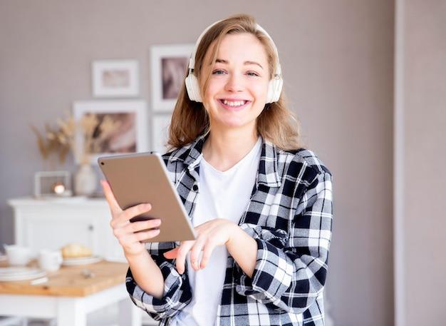 音楽を聴く女性の正面図