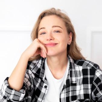 自宅で笑顔の女性の正面図