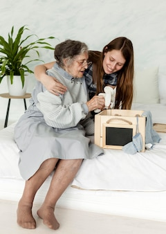 祖母と家族で過ごす