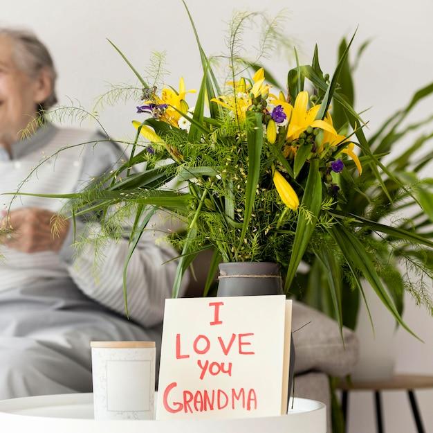 祖母の記念日のための花の花束