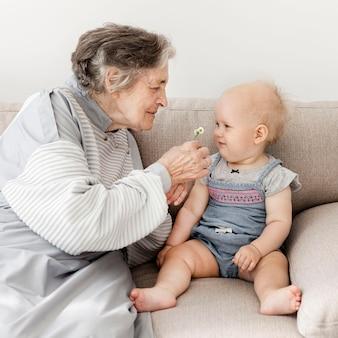祖母は赤ちゃんと遊んで幸せ