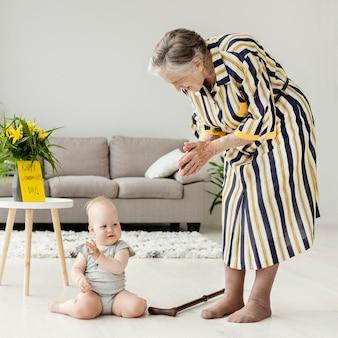 家で孫と遊ぶ祖母