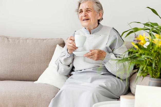 一杯のコーヒーを楽しんでいる祖母の肖像画