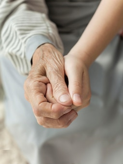 祖母の手を握ってクローズアップの孫娘