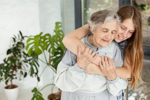 孫娘が祖母を抱いて