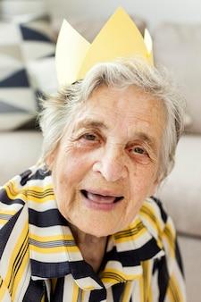 笑顔の高齢の祖母の肖像画