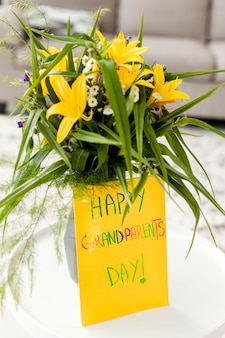 Цветы крупным планом с приветственным сообщением