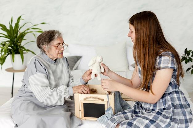 祖母と一緒に時間を過ごす孫娘