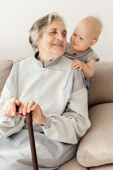 Бабушка с удовольствием проводит время с внуком