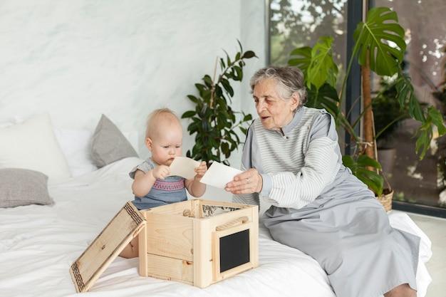 Бабушка проводит время с внуком