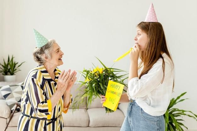 おばあちゃんの記念日を祝う孫娘