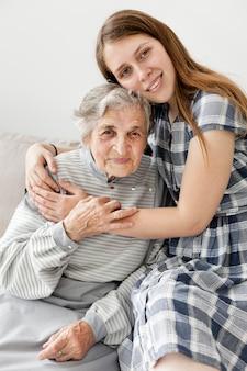 孫娘と祖母の肖像画