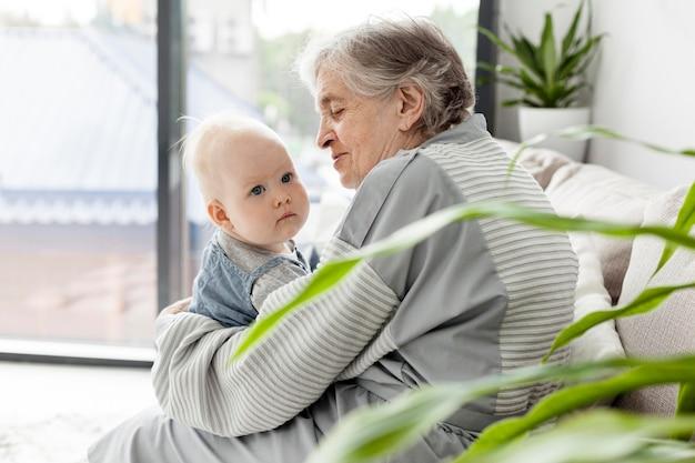愛らしい孫を保持している祖母